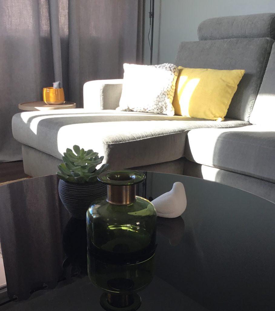 Table basse et canapé décoration intérieur d'un salon